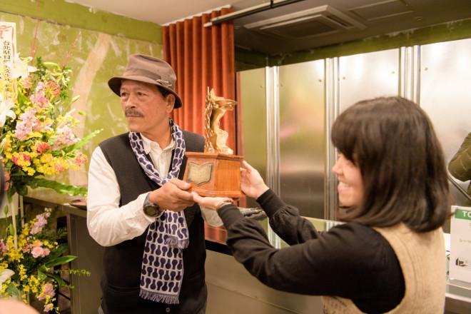 49321893_2019-02-10_12-50-10_選考委員の山内明美さんからシャマンさんに鉄犬燭台を贈呈