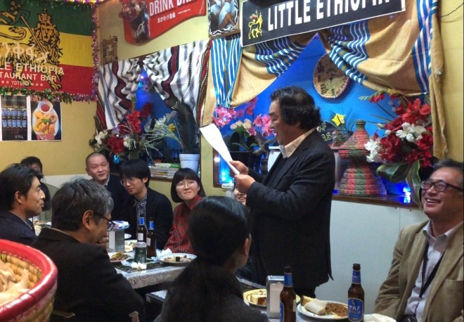 写真3 シャマンさんの祝辞を読む下村さん
